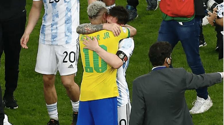 Messi y Neymar se abrazan tras la final de la Copa América