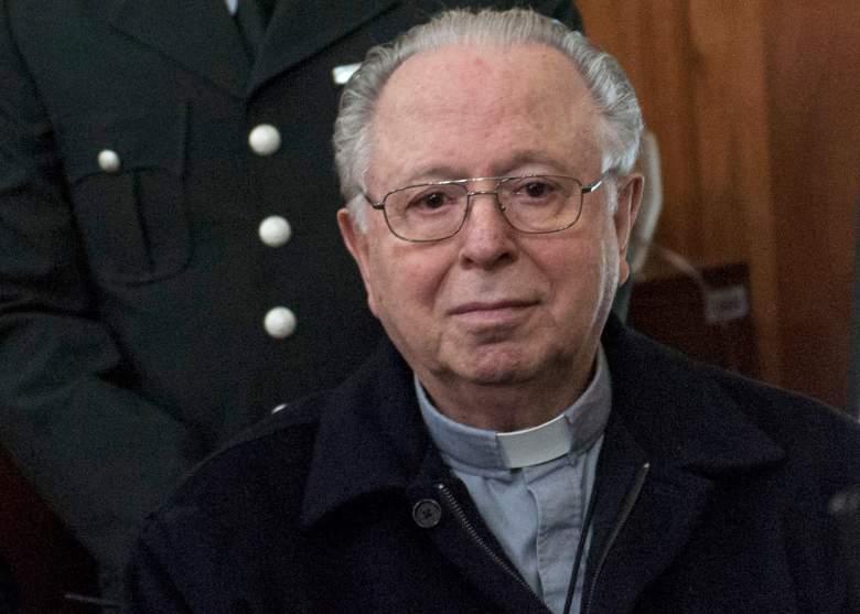 El sacerdote chileno Fernando Karadima comparece ante el tribunal de Santiago el 11 de noviembre de 2015 para testificar en una demanda civil contra la Arquidiócesis de Santiago por presunto encubrimiento de abuso sexual.