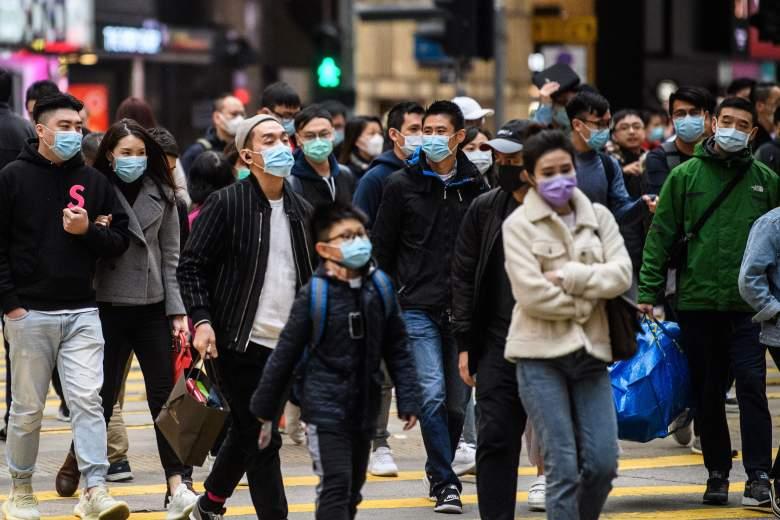 Los peatones con mascarillas cruzan una calle durante el día festivo del Año Nuevo Lunar de la Rata en Hong Kong el 27 de enero de 2020, como medida preventiva luego de un brote de coronavirus que comenzó en la ciudad china de Wuhan