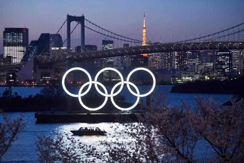 Un barco navega por los Anillos Olímpicos de Tokio 2020 el 25 de marzo de 2020 en Tokio, Japón.