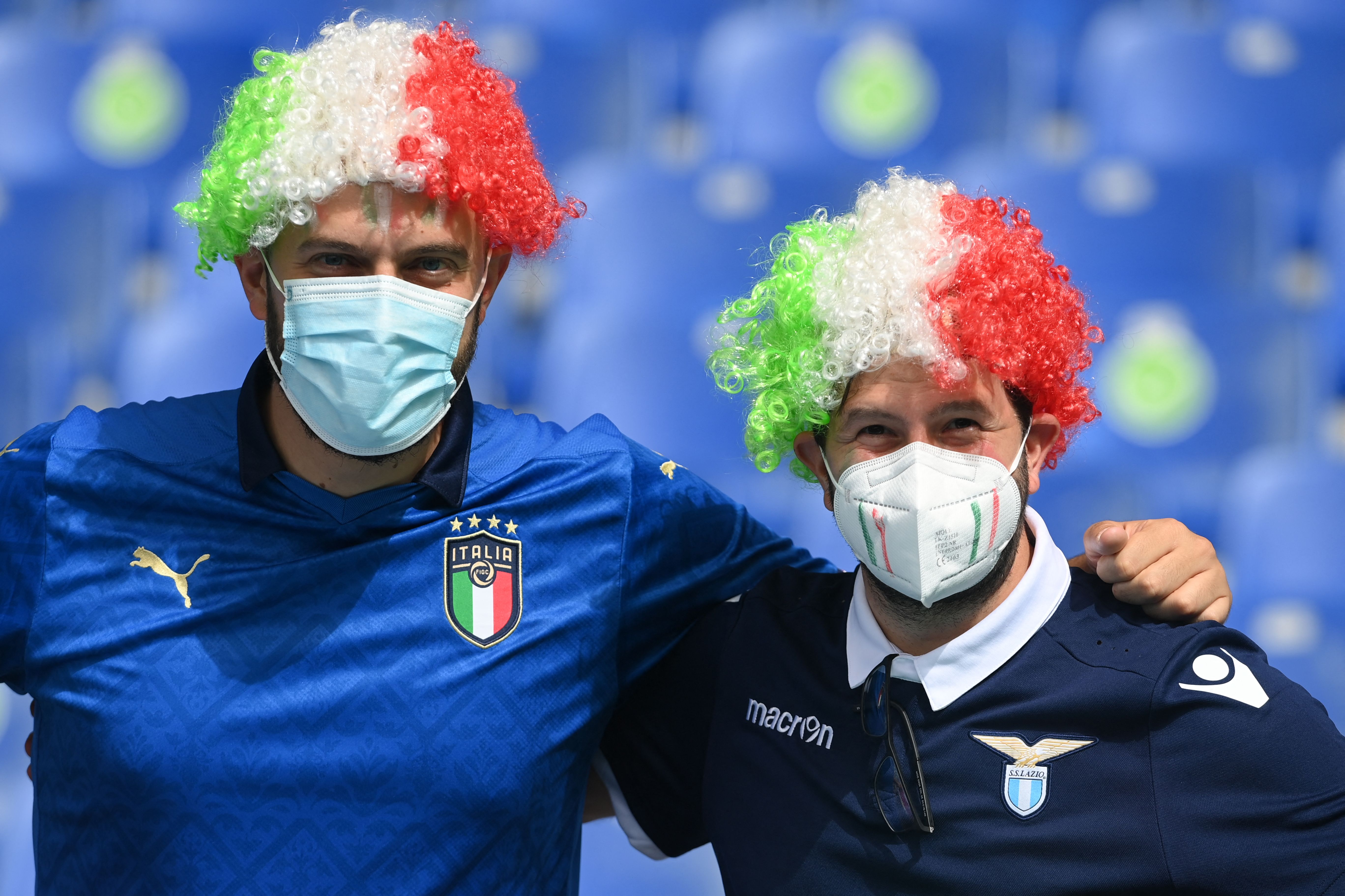 Los fanáticos de Italia posan con máscaras como precaución contra la transmisión del nuevo coronavirus antes del partido de fútbol del Grupo A de la UEFA EURO 2020 entre Italia y Gales en el Estadio Olímpico de Roma el 20 de junio de 2021