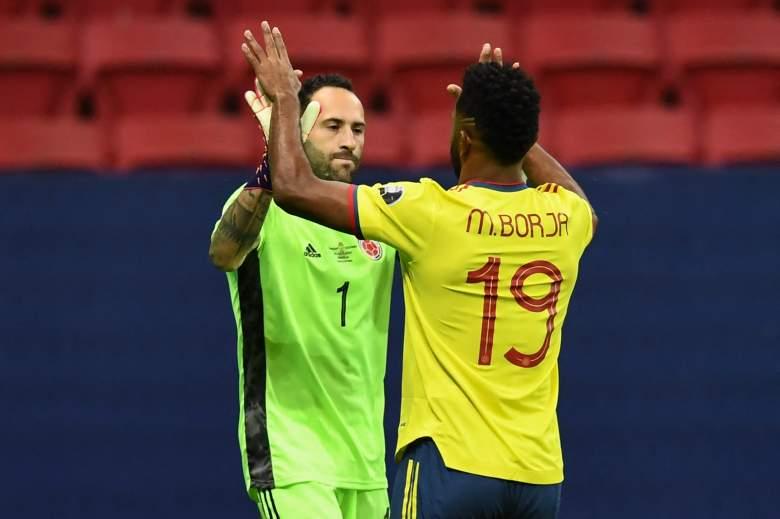 El arquero colombiano David Ospina (izq.) Y el colombiano Miguel Angel Borja celebran luego de derrotar a Uruguay en la tanda de penales de su partido de cuartos de final de la Copa América Conmebol 2021 en el estadio Mane Garrincha de Brasilia, Brasil, el 3 de julio de 2021