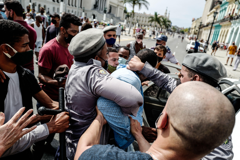Un hombre es arrestado durante una manifestación contra el gobierno del presidente cubano Miguel Díaz-Canel en La Habana, el 11 de julio de 2021.