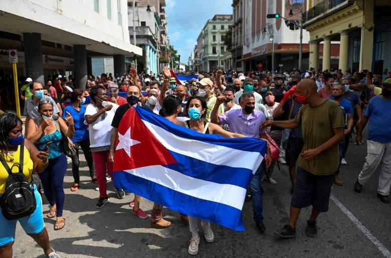Miles de cubanos participaron en raras protestas el domingo contra el gobierno comunista