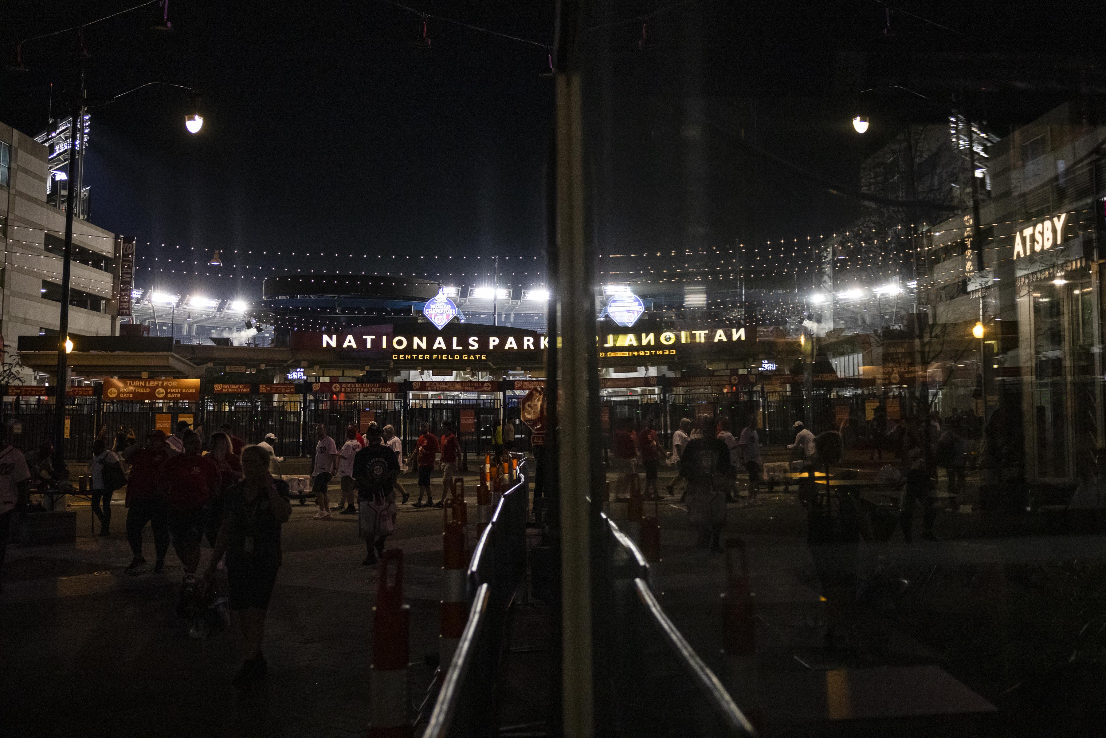 Los fanáticos abandonan el Nationals Park después de un tiroteo afuera de la Puerta de la Tercera Base durante el juego el 17 de julio de 2021 en Washington, DC.