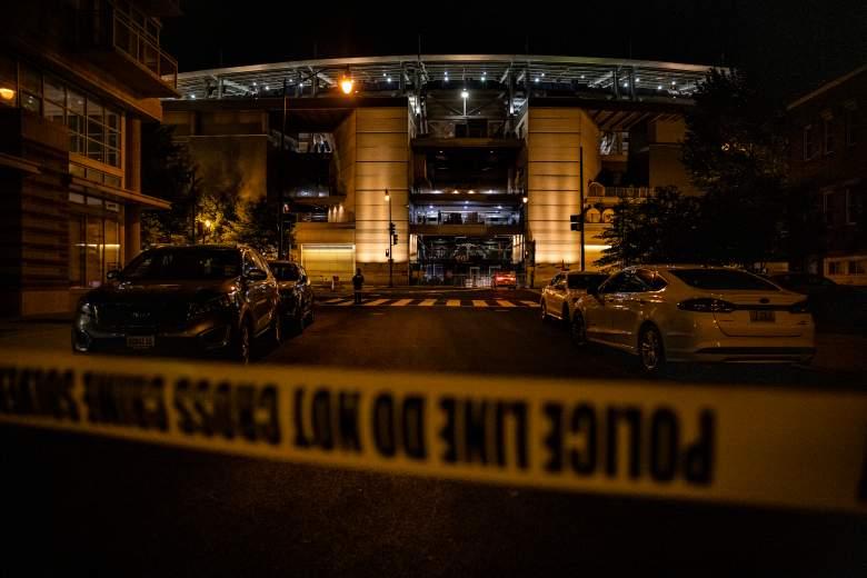 El Departamento de Policía Metropolitana de Washington realiza una investigación en la escena de un tiroteo frente a la Puerta de la Tercera Base del Parque Nacional el 17 de julio de 2021 en Washington, DC.