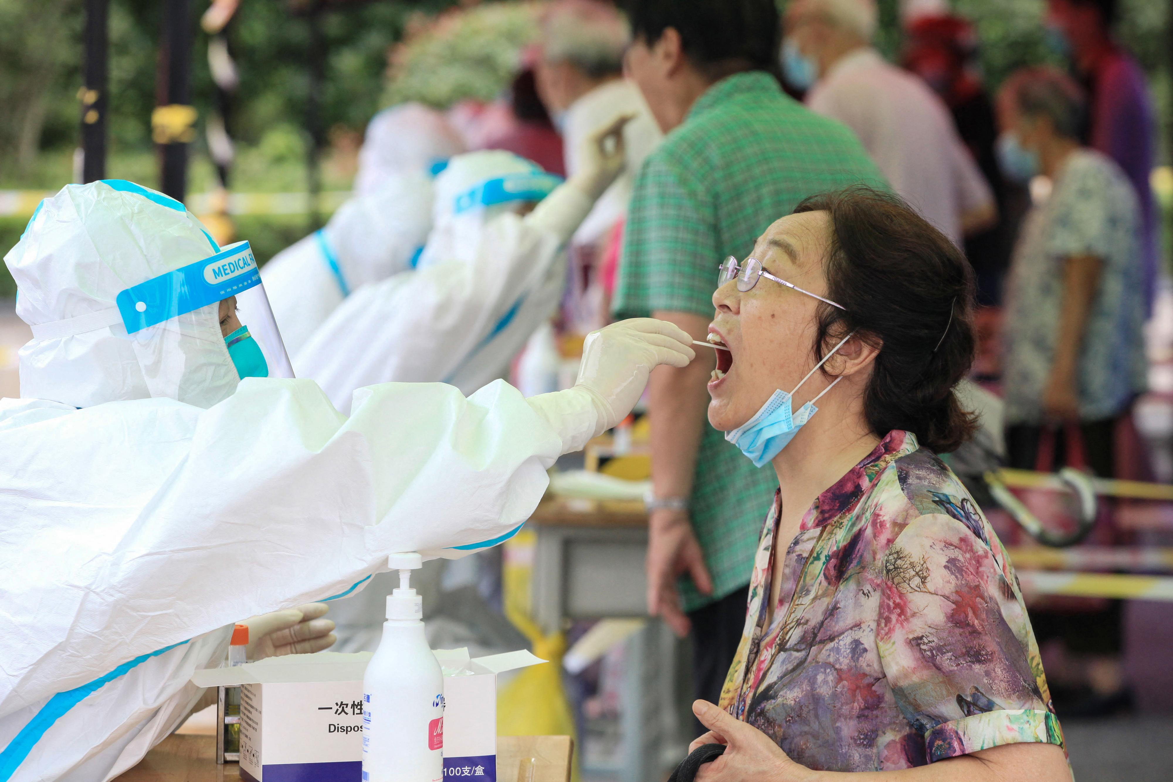 Una mujer recibe una prueba de ácido nucleico para el coronavirus Covid-19 en Nanjing, en la provincia oriental de Jiangsu, el 29 de julio de 2021.