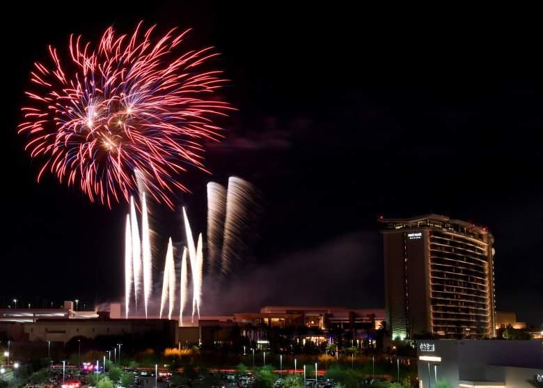 Los fuegos artificiales explotan en el Red Rock Resort durante un espectáculo pirotécnico del 4 de julio de 10 minutos de duración organizado por Fireworks by Grucci el 4 de julio de 2020 en Las Vegas, Nevada.