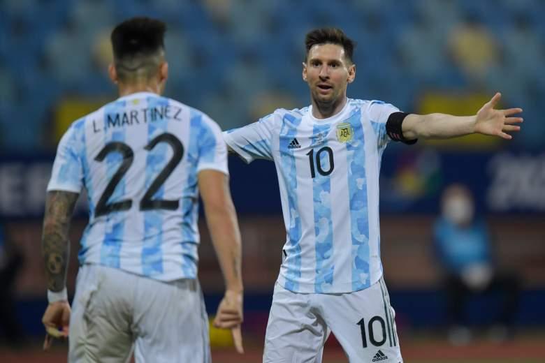 Lautaro Martínez de Argentina celebra con su compañero Lionel Messi después de anotar el segundo gol de su equipo durante un partido de cuartos de final de la Copa América Brasil 2021 entre Argentina y Ecuador en el Estadio Olímpico el 03 de julio de 2021 en Goiania.