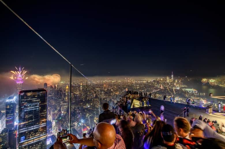 Los invitados ven los fuegos artificiales durante la celebración del 4 de julio de Edge at Hudson Yard en Edge at Hudson Yards el 4 de julio de 2021 en la ciudad de Nueva York.