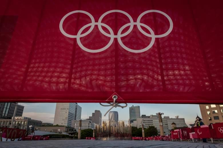 Un caldero olímpico se ve en el puente Yume-no-Ohashi el 21 de julio de 2021 en Tokio, Japón.