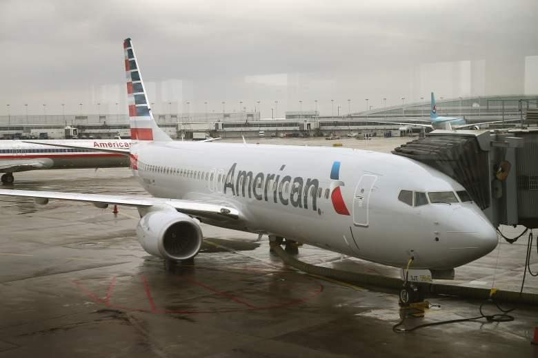 Un nuevo avión 737-800 de American Airlines con un nuevo trabajo de pintura con el nuevo logotipo de la compañía se encuentra en una puerta en el Aeropuerto O'Hare el 29 de enero de 2013 en Chicago, Illinois.
