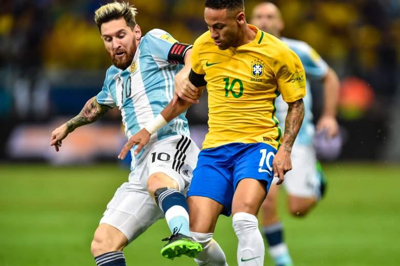 Neymar # 10 de Brasil y Messi # 10 de Argentina luchan por el balón durante un partido entre Brasil y Argentina como parte de la Copa Mundial de la FIFA Rusia 2018 Qualifier en el estadio Mineirao el 10 de noviembre de 2016 en Belo Horizonte.