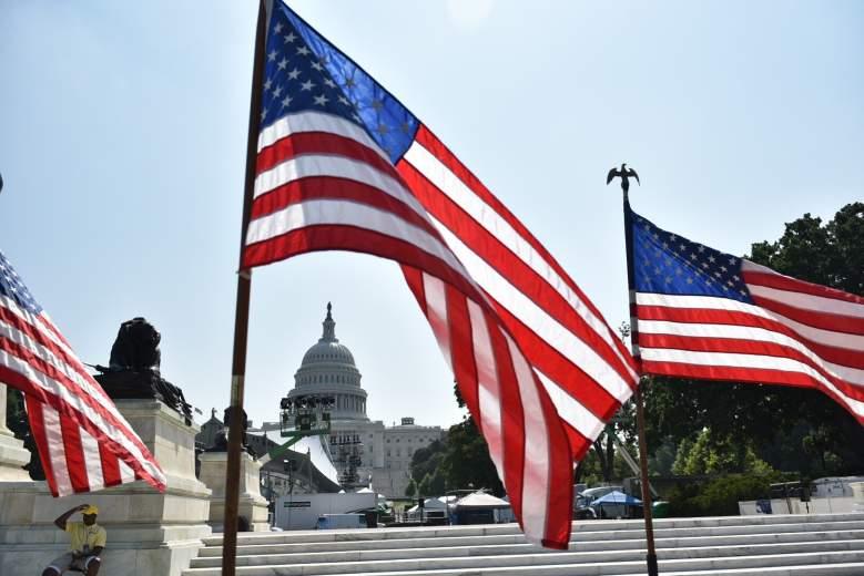 Des drapeaux américains sont vus près du centre commercial devant le Capitole des États-Unis à Washington, DC le 3 juillet 2018, la veille de la fête de l'indépendance.