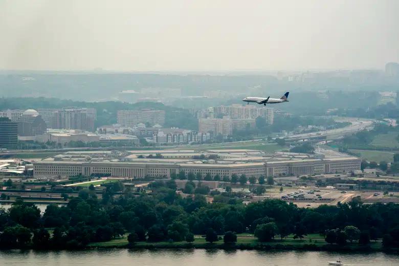 Un avión de United Express sobrevuela el Pentágono el 25 de julio de 2021 en Washington, DC.