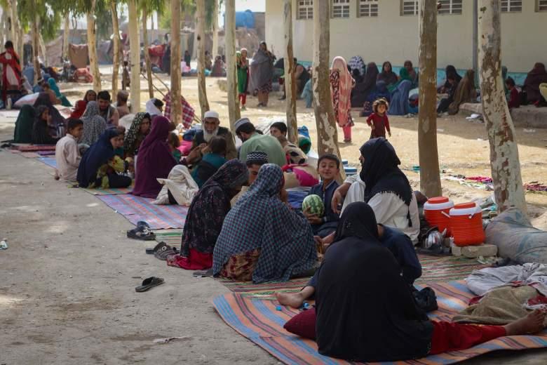 Las familias afganas desplazadas internamente se muestran a su llegada desde las afueras de Kandahar, que huyeron debido a la batalla en curso entre los combatientes talibanes y las fuerzas de seguridad afganas, en un campamento de refugiados en Kandahar el 27 de julio de 2021