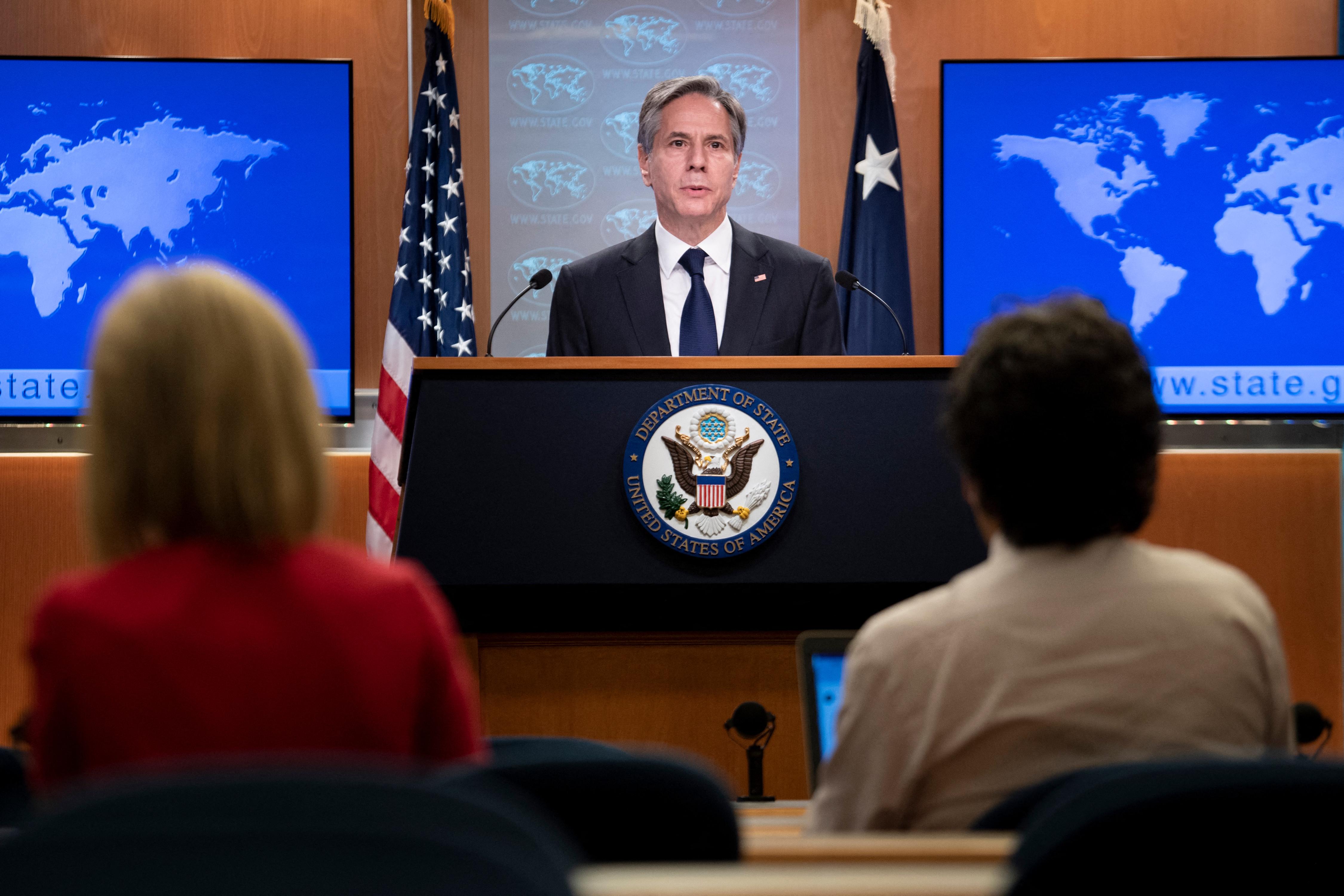 El secretario de Estado de EE. UU., Antony Blinken, habla sobre los programas de refugiados para afganos que ayudaron a los EE. UU. Durante una sesión informativa en el Departamento de Estado el 2 de agosto de 2021 en Washington, DC.