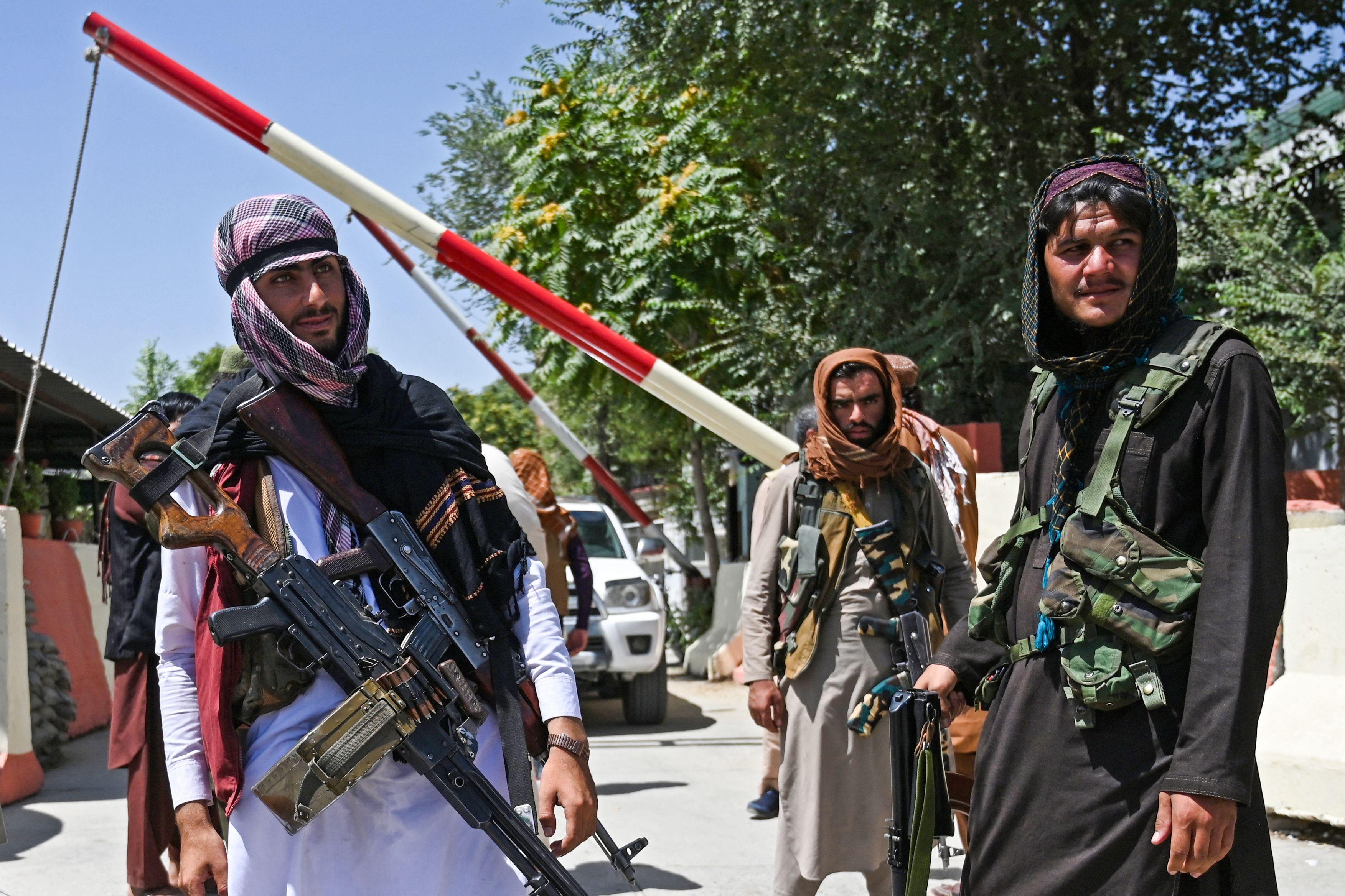 Los combatientes talibanes montan guardia a lo largo de una carretera cerca de la plaza Zanbaq en Kabul el 16 de agosto de 2021, después de un final asombrosamente rápido de la guerra de 20 años de Afganistán, mientras miles de personas asaltaban el aeropuerto de la ciudad tratando de huir de la temida marca de línea dura del grupo.