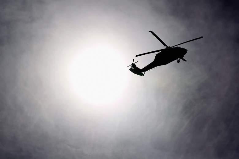 Un helicóptero del ejército de Estados Unidos sobrevuela el campamento de Virginia el 15 de diciembre de 2011 cerca de la ciudad de Kuwait, Kuwait.
