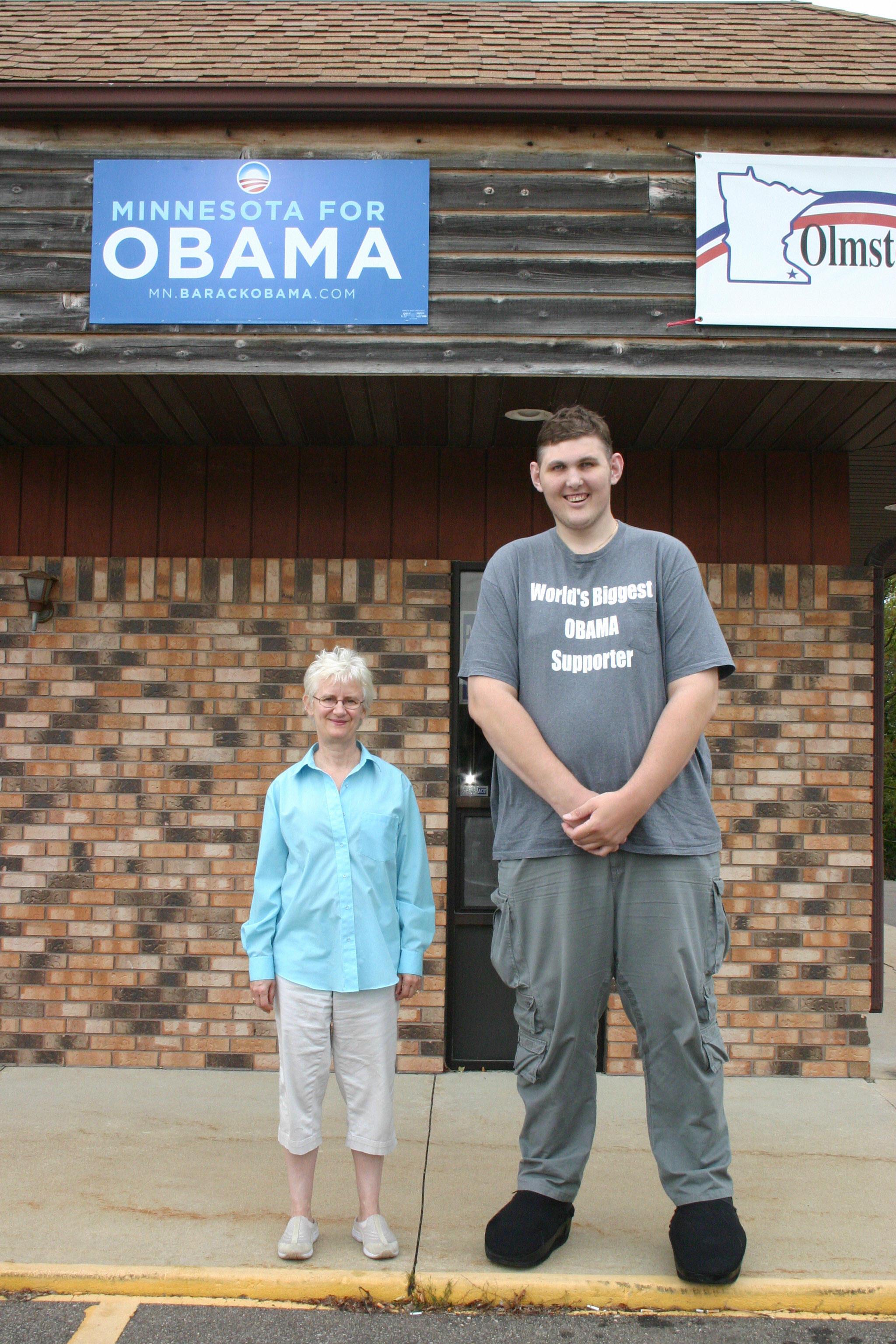 Luciendo su camiseta favorita, Igor Vovkovinskiy (R), el mayor partidario de Obama del mundo, de 2,23 metros de altura, se para junto a su compañero voluntario de Obama Laurel Phelps-Bowman en 22 de septiembre de 2008 frente a la sede de las elecciones demócratas en Rochester, Minnesota.
