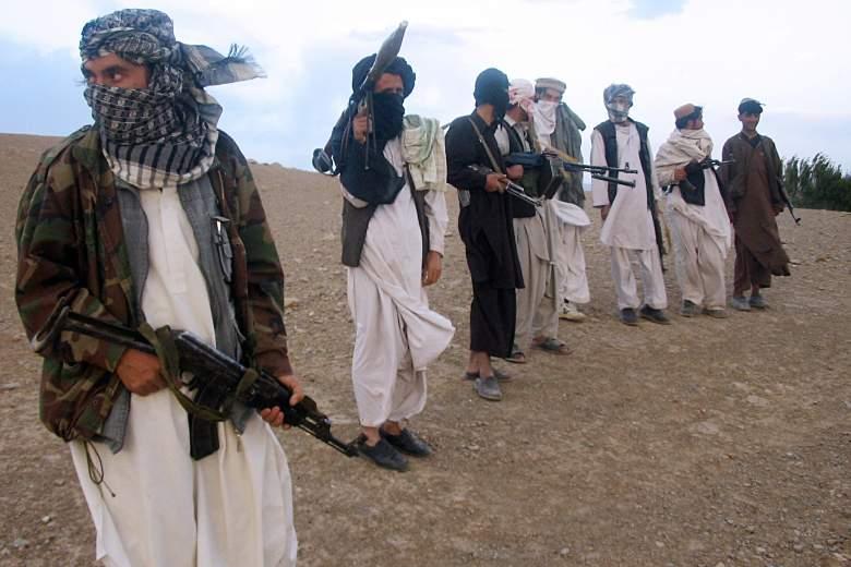 En esta fotografía tomada el 26 de septiembre de 2008, los combatientes de la milicia talibán de Afganistán se encuentran en la ladera de una colina en Maydan Shahr en la provincia de Wardak, al oeste de Kabul.