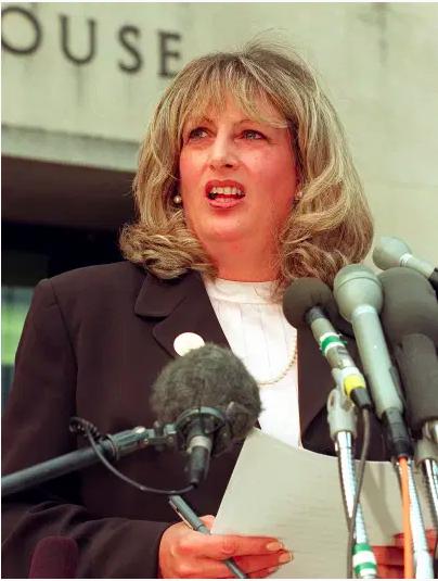 Linda Tripp habla con periodistas fuera del Palacio de Justicia Federal el 29 de julio en Washington, DC, luego de su octavo día de testimonio ante el gran jurado que investiga el caso Monica Lewinsky.