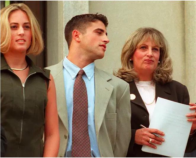 Linda Tripp (R) espera para hacer una declaración a los periodistas junto a su hija Allison (L) y su hijo Ryan (C) frente al Palacio de Justicia Federal el 29 de julio en Washington, DC, después de su octavo y último día de testimonio ante un gran federal jurado.