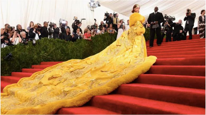 """Rihanna asiste a la Gala Benéfica del Instituto del Traje """"China: a través del espejo"""" en el Museo Metropolitano de Arte el 4 de mayo de 2015 en la ciudad de Nueva York."""