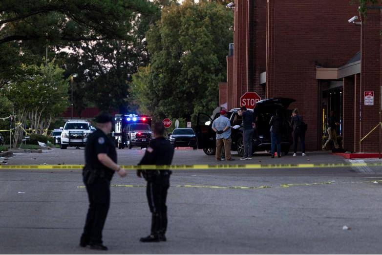 La cinta de la escena del crimen se ve afuera de una tienda de comestibles Kroger donde ocurrió un tiroteo el 23 de septiembre de 2021 en Collierville, Tennessee. El Kroger es donde las autoridades dijeron que un hombre armado aparentemente se suicidó después de abrir fuego dentro de la tienda, matando a una persona e hiriendo a otras 12.