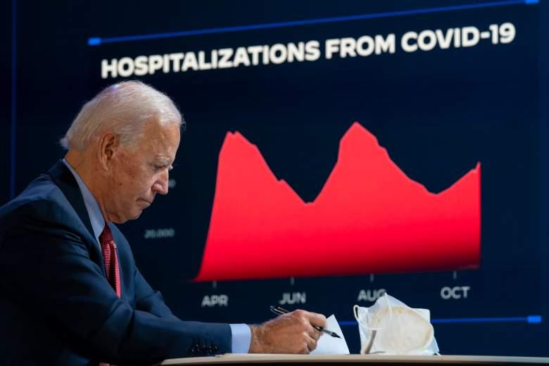 El candidato presidencial demócrata Joe Biden asiste a una sesión informativa sobre el coronavirus en el teatro Queen el 28 de octubre de 2020 en Wilmington, Delaware.