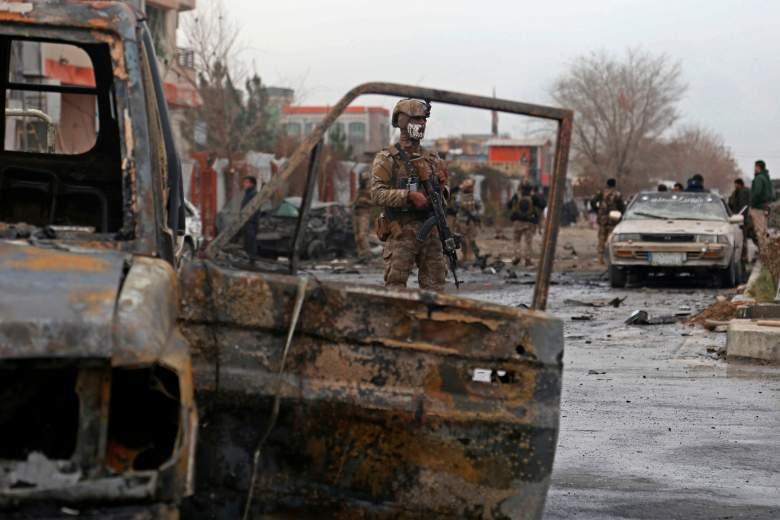 Un miembro de las fuerzas de seguridad afganas monta guardia en el sitio de un ataque en Kabul el 20 de diciembre de 2020.