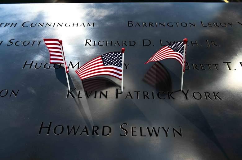 Banderas estadounidenses adornan un delantal de metal en el Memorial Nacional del 11-S & amp; Museo el 10 de septiembre de 2021, que está inscrito con los nombres de las personas que murieron en los ataques terroristas del 11 de septiembre de 2001 en la ciudad.