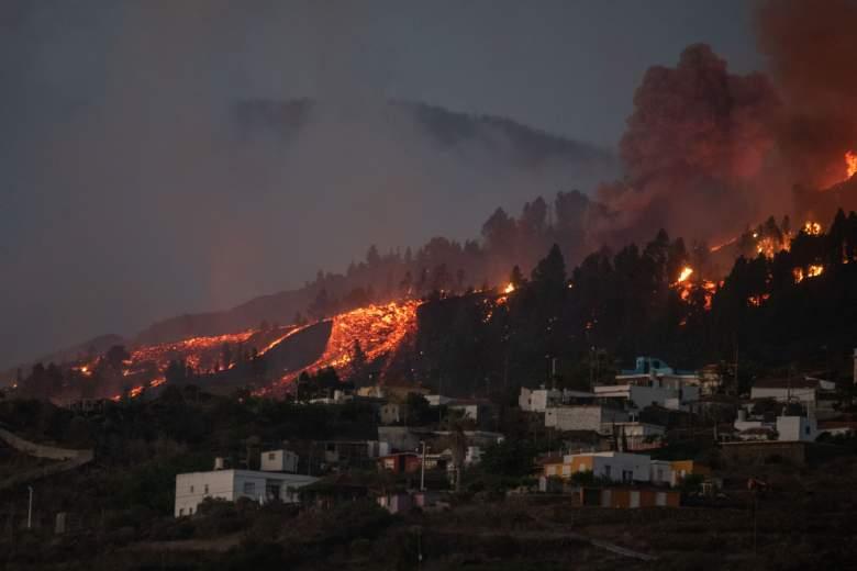Un río de lava se acerca a las casas cuando el Monte Cumbre Vieja entra en erupción en El Paso, arrojando columnas de humo, ceniza y lava como se ve desde Los Llanos de Aridane en la isla canaria de La Palma el 19 de septiembre de 2021.