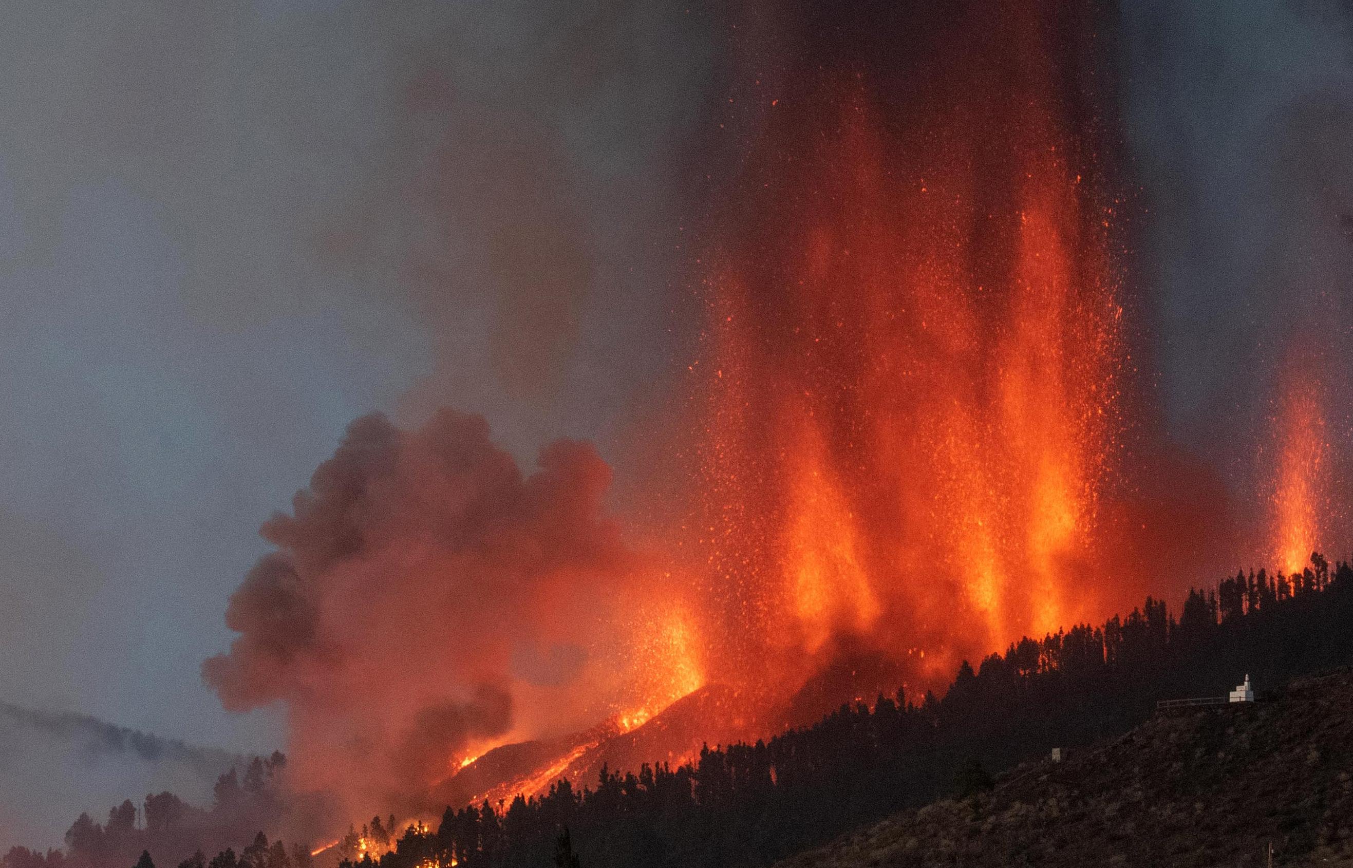 El Monte Cumbre Vieja entra en erupción en El Paso, arrojando columnas de humo, ceniza y lava como se ve desde Los Llanos de Aridane en la isla canaria de La Palma el 19 de septiembre de 2021.