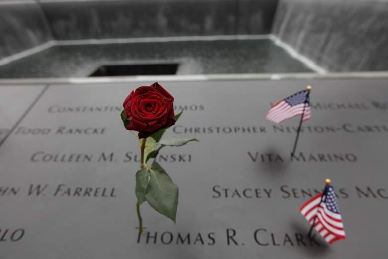 Una rosa y banderas estadounidenses se encuentran entre una lista de nombres de víctimas durante las ceremonias del décimo aniversario de los ataques terroristas del 11 de septiembre de 2001 en el sitio del World Trade Center el 11 de septiembre de 2011 en la ciudad de Nueva York.