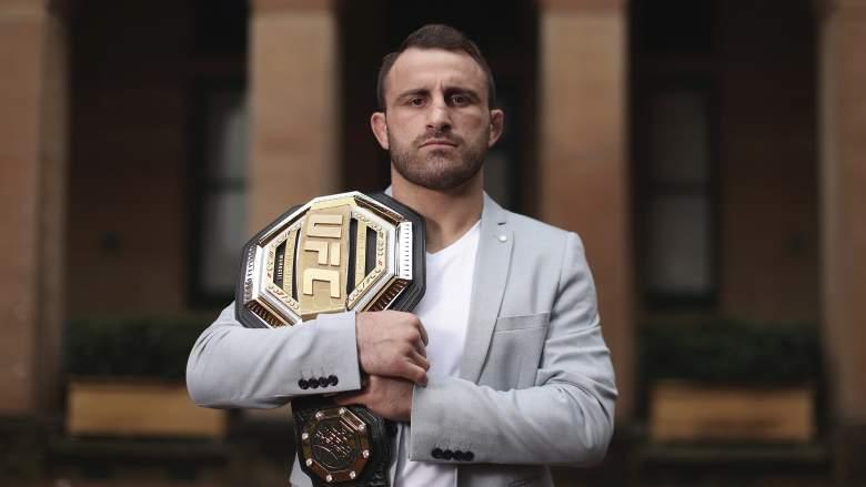 El campeón de peso pluma de UFC Alex Volkanovski posa con su cinturón de UFC el 28 de julio de 2020 en Sydney, Australia.
