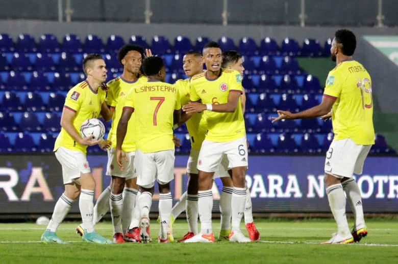 Juan Cuadrado de Colombia celebra con sus compañeros de equipo después de anotar el primer gol de su equipo vía penalti durante un partido entre Paraguay y Colombia como parte de los Clasificatorios Sudamericanos para Qatar 2022 en el Estadio Defensores del Chaco el 05 de septiembre de 2021 en Asunción, Paraguay.