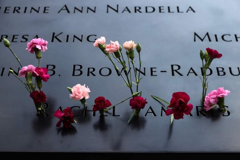 Se colocan flores en el 9/11 Memorial donde se inscriben los nombres de las 2.983 víctimas de los ataques del 11 de septiembre de 2001 y el 26 de febrero de 1993 el 8 de septiembre de 2021 en la ciudad de Nueva York.