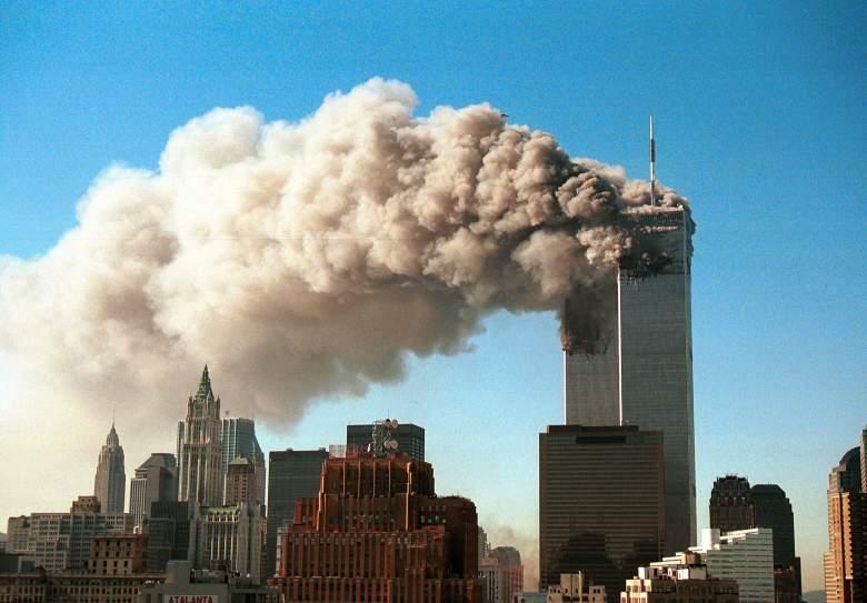 El humo sale de las torres gemelas del World Trade Center después de que fueron alcanzadas por dos aviones secuestrados en un ataque terrorista el 11 de septiembre de 2001 en la ciudad de Nueva York.