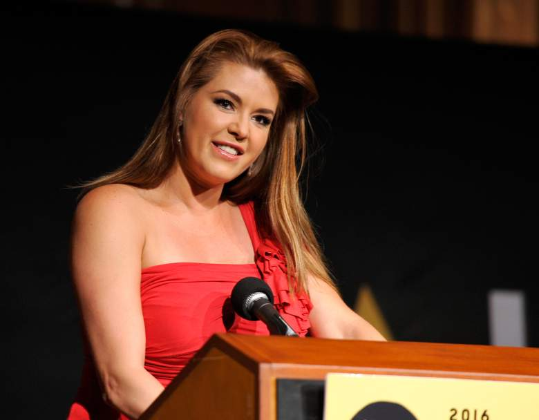 la actriz Alicia Machado habla en el escenario durante el NALIP 2016 Latino Media Awards en Dolby Theatre el 25 de junio de 2016 en Hollywood, California.