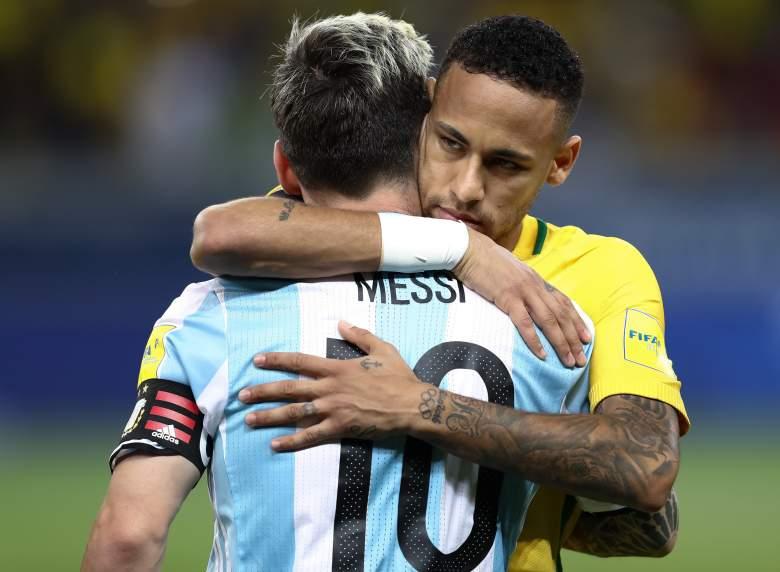 Neymar (R) de Brasil saluda a Lionel Messi de Argentina durante un partido entre Brasil y Argentina como parte de la Copa Mundial de la FIFA Rusia 2018 Qualifier en el estadio Mineirao el 10 de noviembre de 2016 en Belo Horizonte, Brasil.