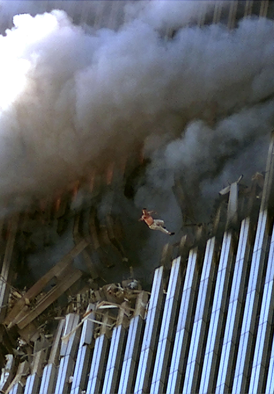 Un hombre salta y muere de un incendio y el humo llenó la Torre Uno del World Trade Center el 11 de septiembre de 2001 en la ciudad de Nueva York después de que terroristas estrellaran dos aviones de pasajeros secuestrados en las torres gemelas.