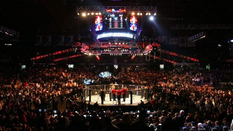 Los fanáticos asisten a UFC 90 en Allstate Arena el 25 de octubre de 2008 en Chicago, Illinois.