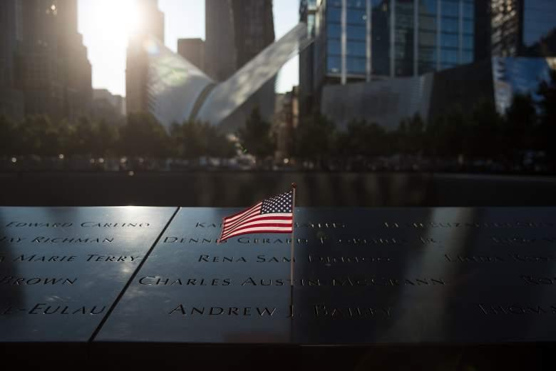 Se deja una bandera estadounidense en el sitio conmemorativo de la piscina norte antes de una ceremonia de conmemoración de las víctimas de los ataques terroristas del 11 de septiembre en el Monumento Nacional del 11 de septiembre, 11 de septiembre de 2017 en la ciudad de Nueva York.