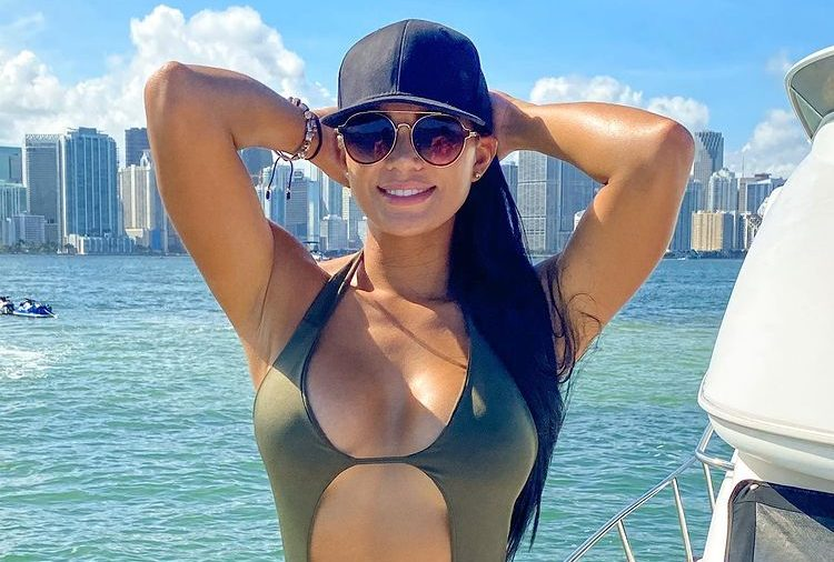 Ana Parra se metió en bikini a una bañera al aire libre