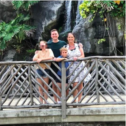 Jonathan Toebbe y Diana Toebbe con sus dos hijos.