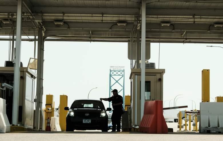 Agentes de Aduanas y Protección Fronteriza de los EE.UU. Vigilan los vehículos que regresan a los EE. UU. desde Canadá
