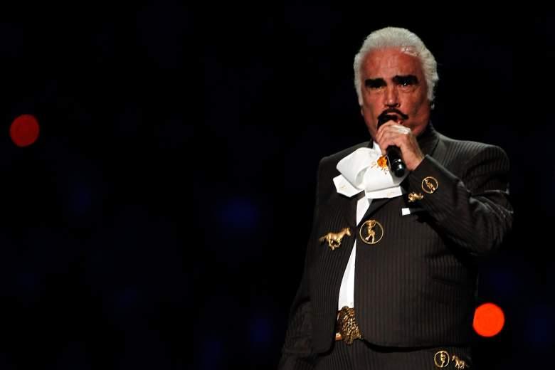 El cantante Vicente Fernández realiza para iniciar la ceremonia de apertura de los XVI Juegos Panamericanos en el Estadio Omnilife el 14 de octubre de 2011 en Guadalajara, México.
