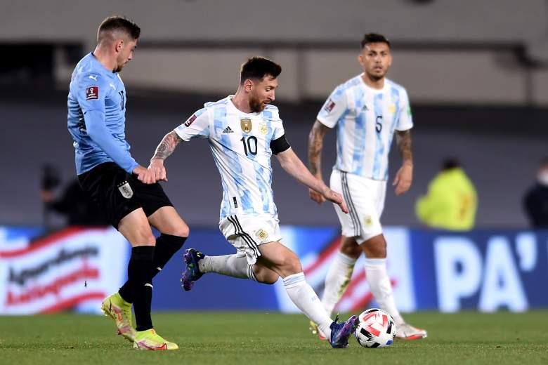 Lionel Messi de Argentina lucha por el balón con Federico Valverde de Uruguay durante un partido entre Argentina y Uruguay como parte de los Clasificatorios Sudamericanos para Qatar 2022 en el Estadio Monumental Antonio Vespucio Liberti el 10 de octubre de 2021 en Buenos. Aires, Argentina.